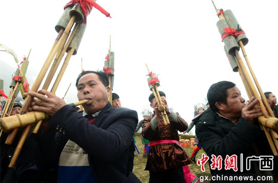 广西苗寨坡会闹新春
