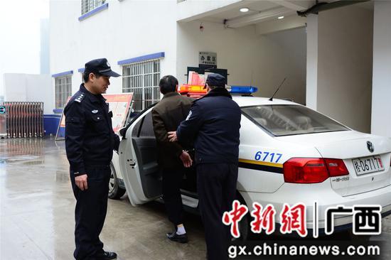 黄敬良与同事将犯人押解到看守所。