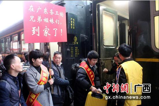 金城江火车站为外出务工人员铺就温馨返乡路