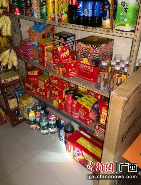 图为士多店非法存储销售的烟花爆竹。警方供图