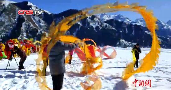 新疆天池舞龙舞狮迎冰上元宵节