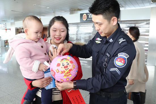 乌鲁木齐国际机场安检总站开展庆元宵节活动