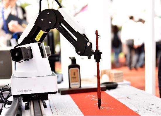 图为机器人用毛笔写字。何蒋勇 摄