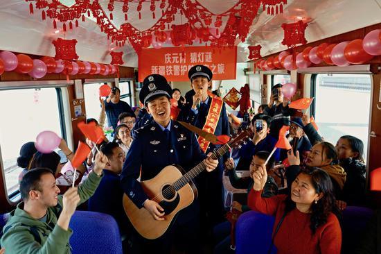 庆元宵猜灯谜新疆铁警护航民族团结平安之旅