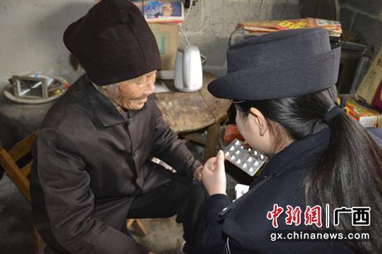 图为李佳家耐心地给黄爱明讲解降压药的使用方法。汤圆  摄