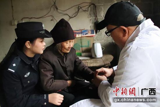 图为驻村大夫为黄爱明检查身体。李昌科  摄