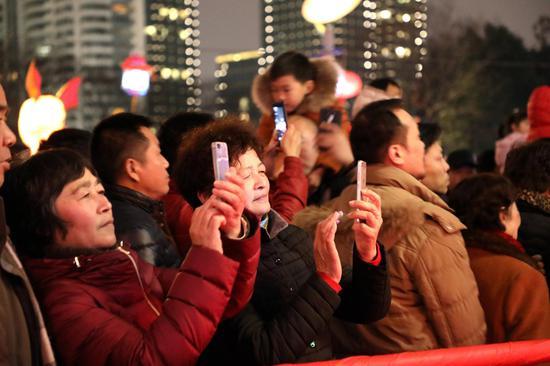 圖為:市民用手機拍攝花燈。柱子(通訊員)攝