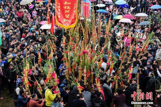 广西上万名少数民族民众赶坡会 千人吹芦笙比响