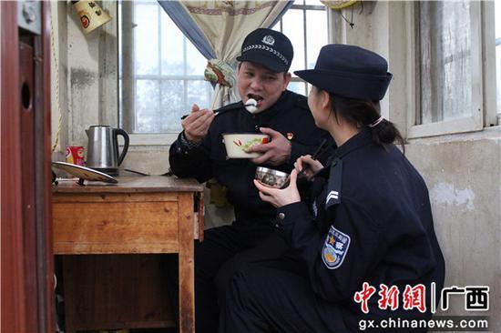图为张建玉、张雅玲父女在岗亭相聚吃上汤圆。  梁荫发 摄
