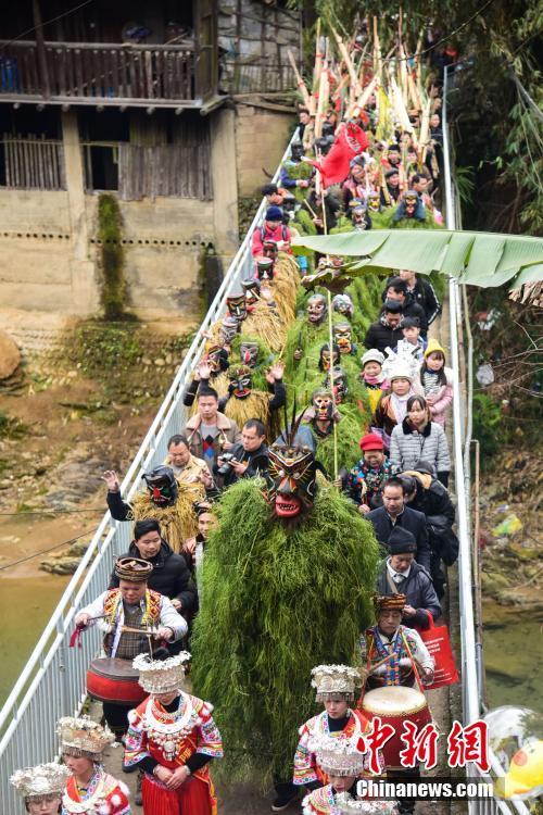 """广西深山举办""""芒篙节"""" """"野人""""下山送祝福"""
