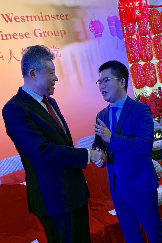 张敏在席间与中国驻英大使刘晓明交谈。  采访对象提供