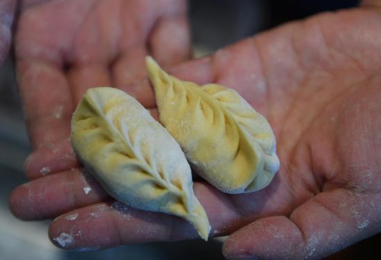 图为:活动参与者包出造型独特的饺子。 王刚 摄