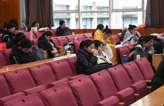 图为:多位考生?#22270;页?#22312;考试间隙休息。  王刚 摄