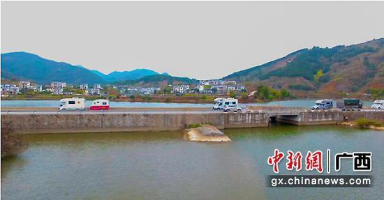 图为句町古国探秘之旅房车队穿梭在新丰野钓休闲度假村。