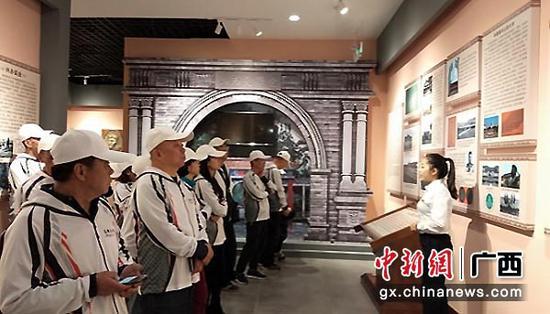 图为车友们参观句町古国博物馆了解西林历史。
