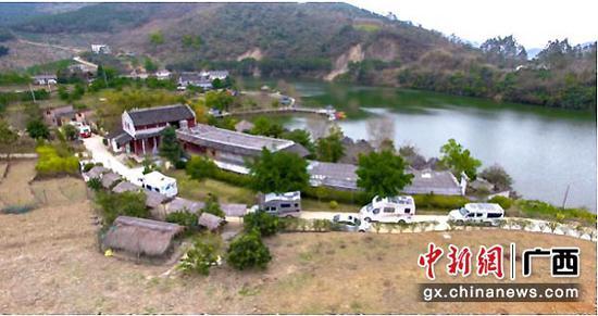 图为房车队踏上五星级乡村旅游景区——宫保风情岛。