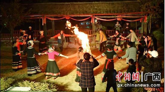 图为篝火晚会。