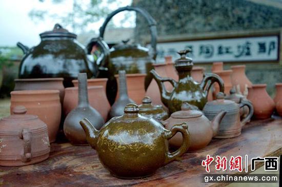 图为红陶制品。黄日强  摄