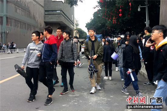 2月24日,广西艺术学院2019年本科招生考试美术类广东籍考生走出考场。莫聪灵 摄