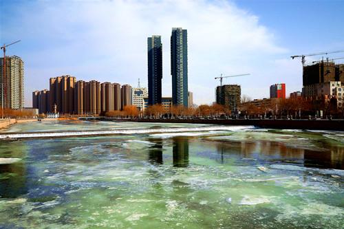 新疆库尔勒河开鸭归 万物复苏春景美