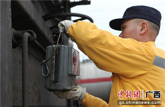 列尾作业员何庆国在给货物列车安装主机。李育全 摄