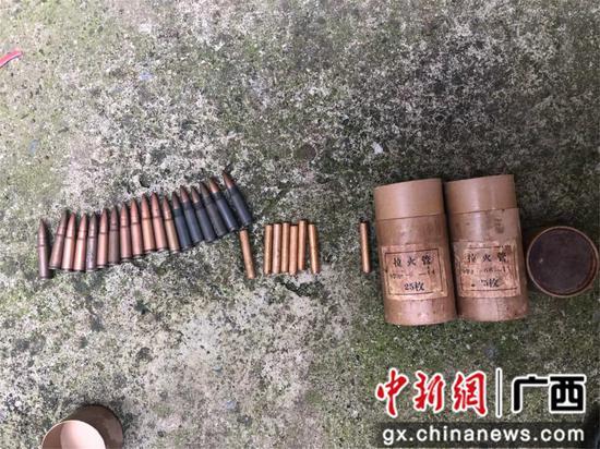 韦某主动上缴的步枪子弹和拉火管。