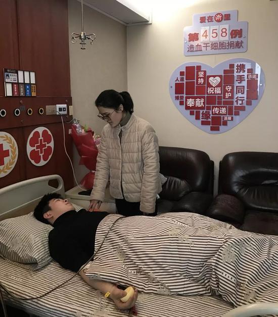 ?#22025;?#27491;在捐献造血干细胞的陈淋洁。南湖区红十字会供图