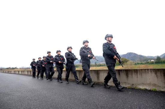 10公里携装急行。  警方 供图