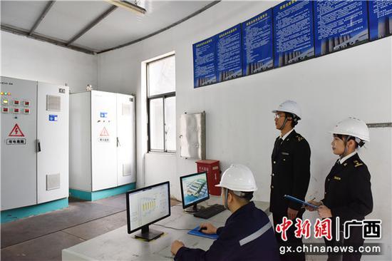 南宁海关隶属 防城海关关员到企业中控室通过信息系统核?#21592;?#31246;原料库存情况。