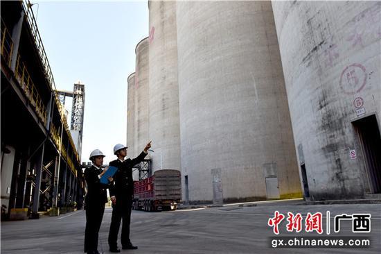 南宁海关隶属防城海关关员巡查加工贸易企业的保税仓。