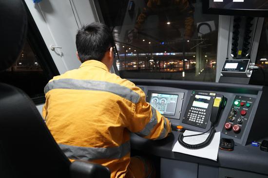 检测车从基地出发驶上杭黄高铁线。  杭州供电段提供