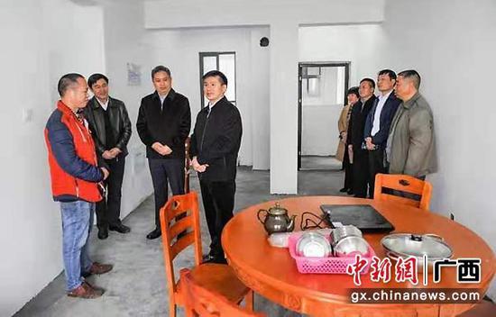 图为黄贤昌(左四)、徐迪克(左三)到向阳新区走访慰问新住户。韦禄东 摄