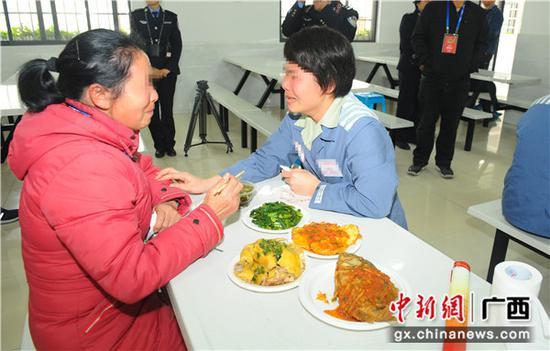 广西女子监狱开放日亲情帮教。王洪刚 摄