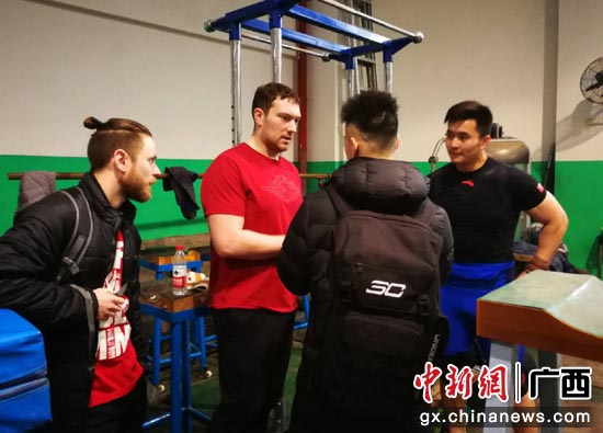 外籍专家详细询问举重运动员训练伤病情况