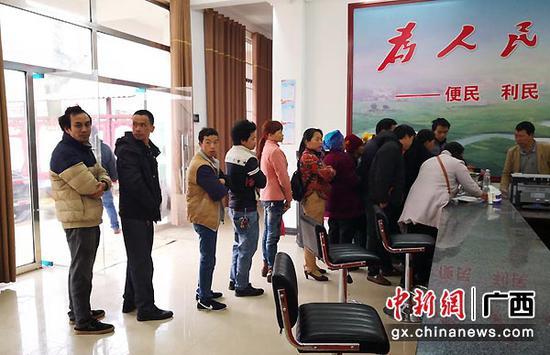 图为弄烈村群众在新服务大厅办理业务。凌吉荣 摄
