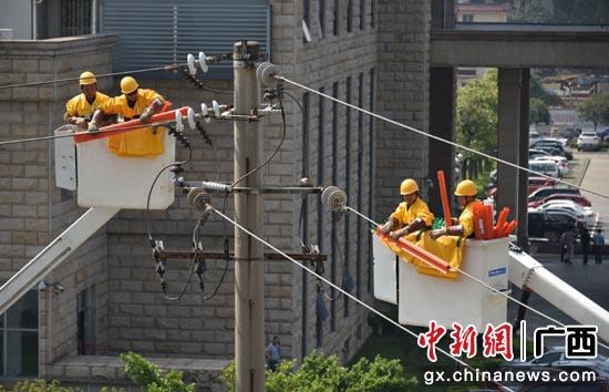 广西电网公司大力推广带电作业减少停电时间。赵景玉 摄