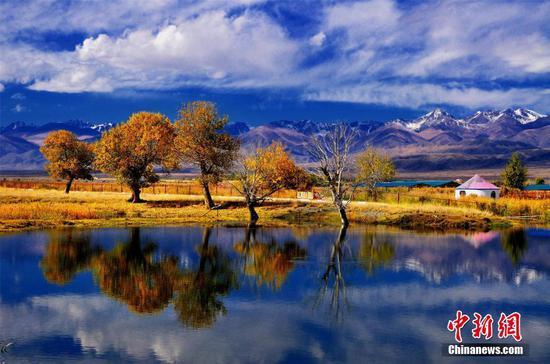 新疆巴州圣洁美景水天一色