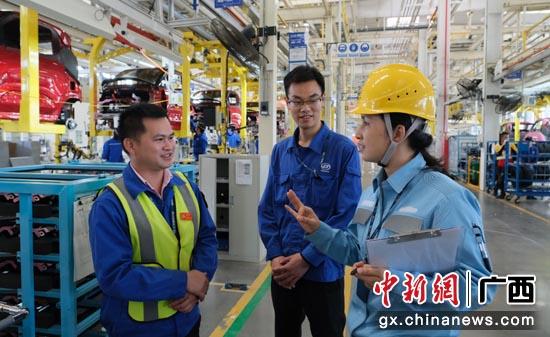 广西柳州供电局服务人员深入了解企业电力需求,提供供电保障服务。邹振远  摄