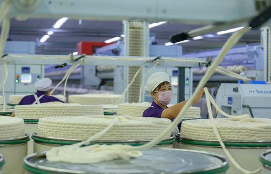 2019年3月2日,工人在呼图壁县五工台镇奥美医疗生产车间工作。(陶维明 摄)