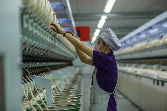 2019年3月2日,工人在奥美医疗生产车间工作。(陶维明 摄)