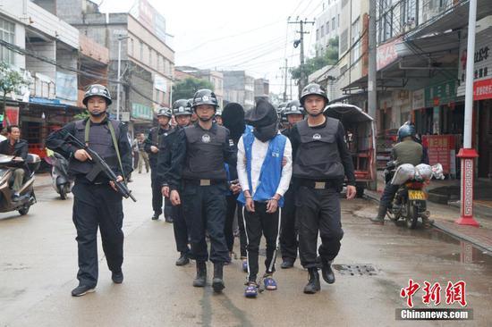 广西钦州警方公开押解犯罪嫌疑人辨认作案现场