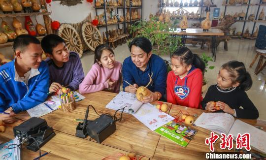 新疆呼图壁:葫芦园里学技术