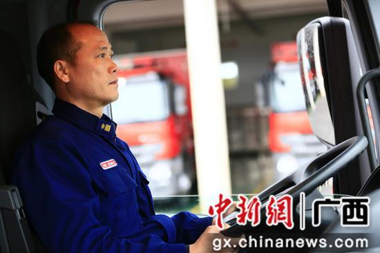 图为彭光校在驾驶消防车辆。受访者供图