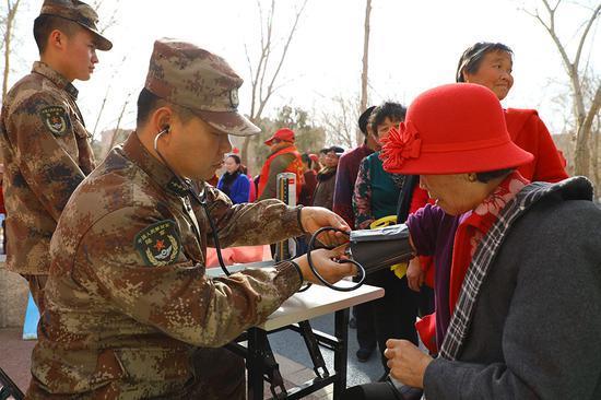 新疆军区某训练基地官兵:带着雷锋精神进社区进幼儿园