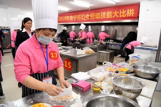 """广西南宁家政妇女比拼?#23478;?欢庆""""妇女节"""""""