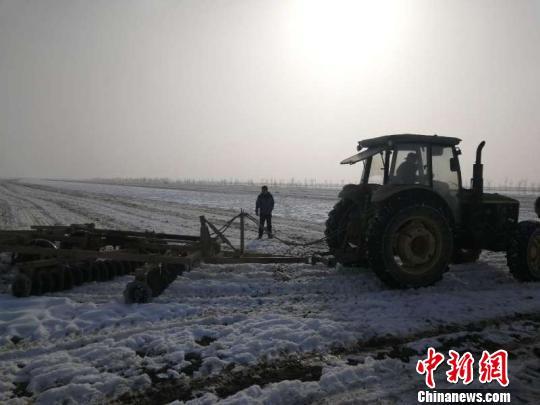 新疆兵团北部团场破雪迎春播 农田积雪仍达20余公分