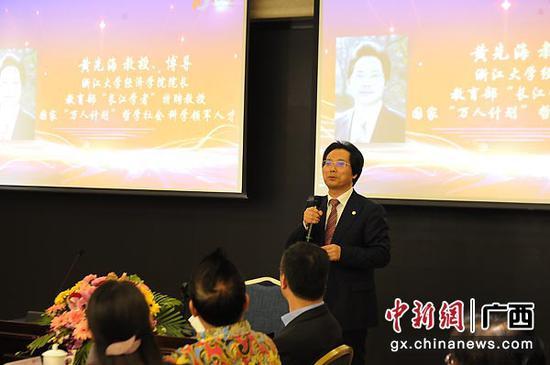 图为浙江大学经济管理学院院长黄先海主持会议。蒋雪林  摄