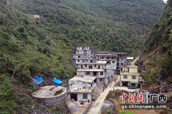 图为建设中的大化县安兰村弄纳屯新村。