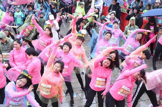 圖為:女選手做熱身運動。  主辦方供圖