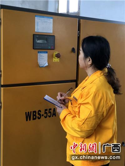 农霞在记录信号设备数据。